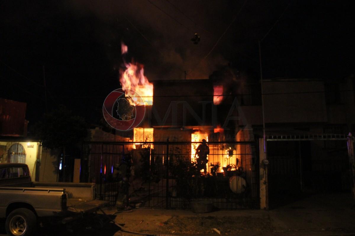 Incendio consume vivienda en la Arboleas; 2 lesionados - Omnia