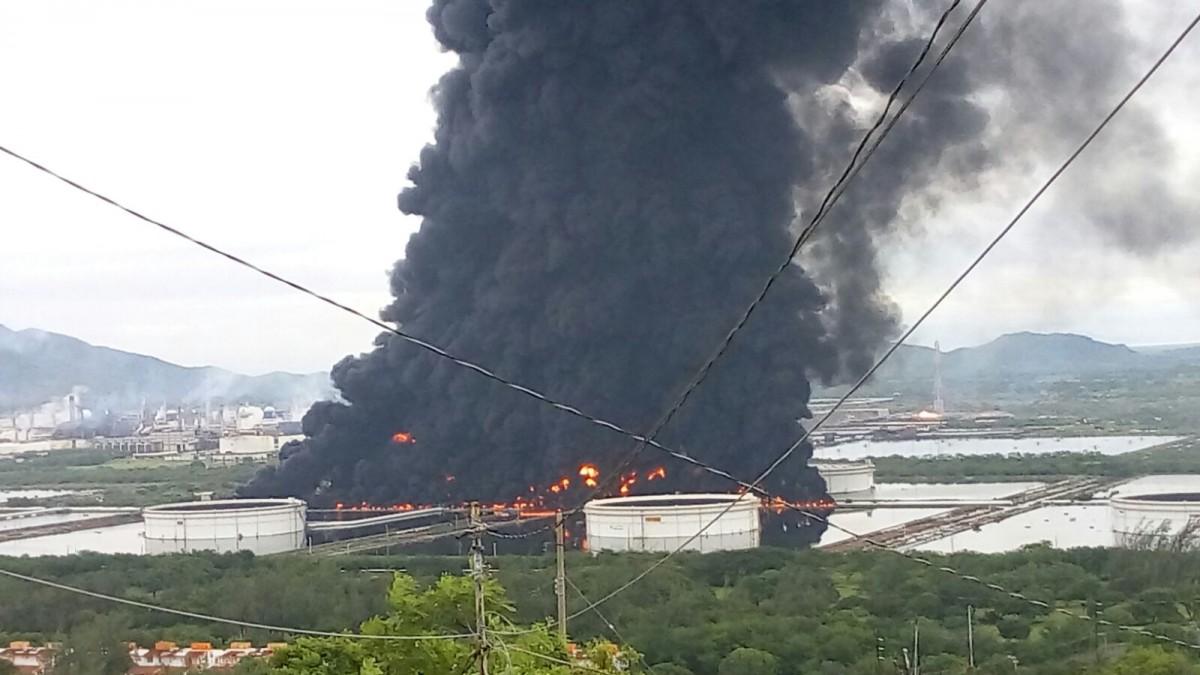 Murió bombero en incendio de refinería de Pemex en Salina Cruz