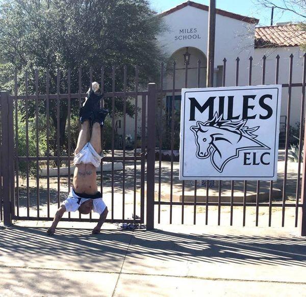 Ladrón queda colgado al tratar de robar escuela