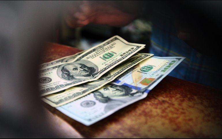 Peso pierde 0.4%, se aferra a operar debajo de los $19