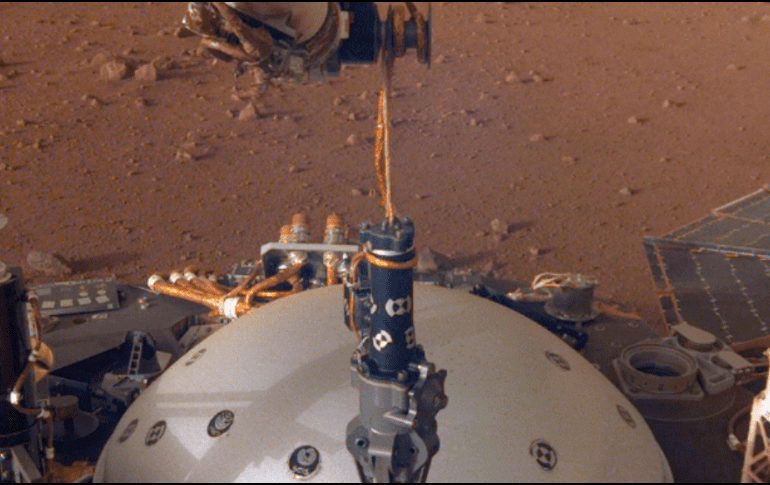 InSight instala sismógrafo en Marte