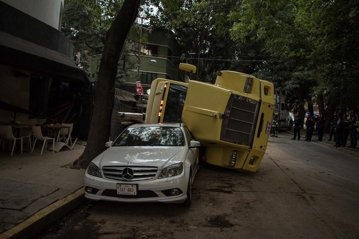 Tráiler se vuelca sobre auto en la Condesa; hay un lesionado