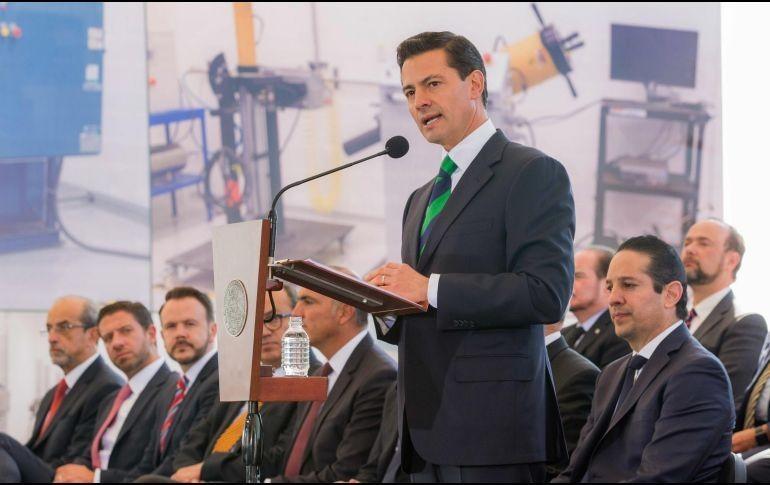 Peña la premia y ella reclama con playera de Ayotzinapa