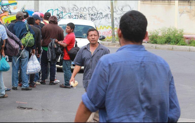Vuelca tráiler con 20 migrantes ocultos entre blocks