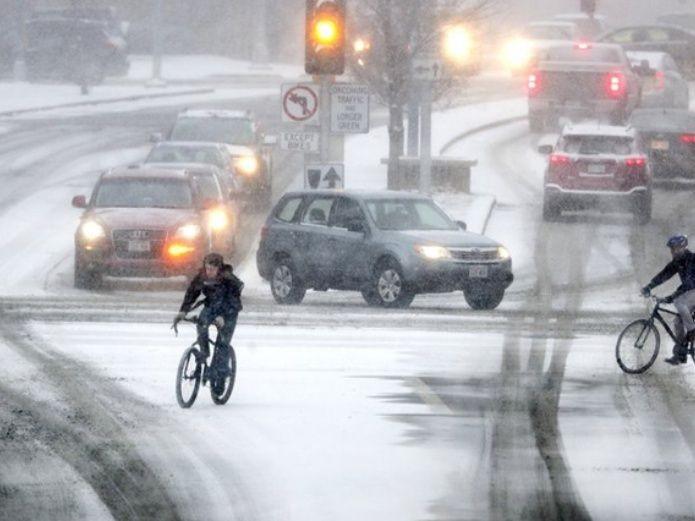 Mueren 3 por tormenta invernal en EU; reportan vuelos cancelados
